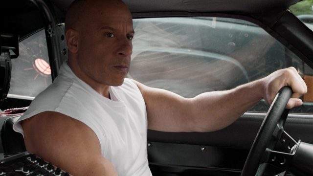 Vin Diesel sitzt in einem Auto im Film Fast & Furious 9