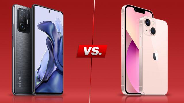 Xiaomi 11T und iPhone 13 von vorne und hinten vor rotem Hintergrund