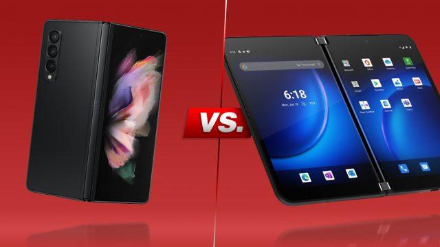 Falt-Smartphones Galaxy Z Fold3 und Surface Duo 2 aufgeklappt nebeneinander vor rotem Hintergrund