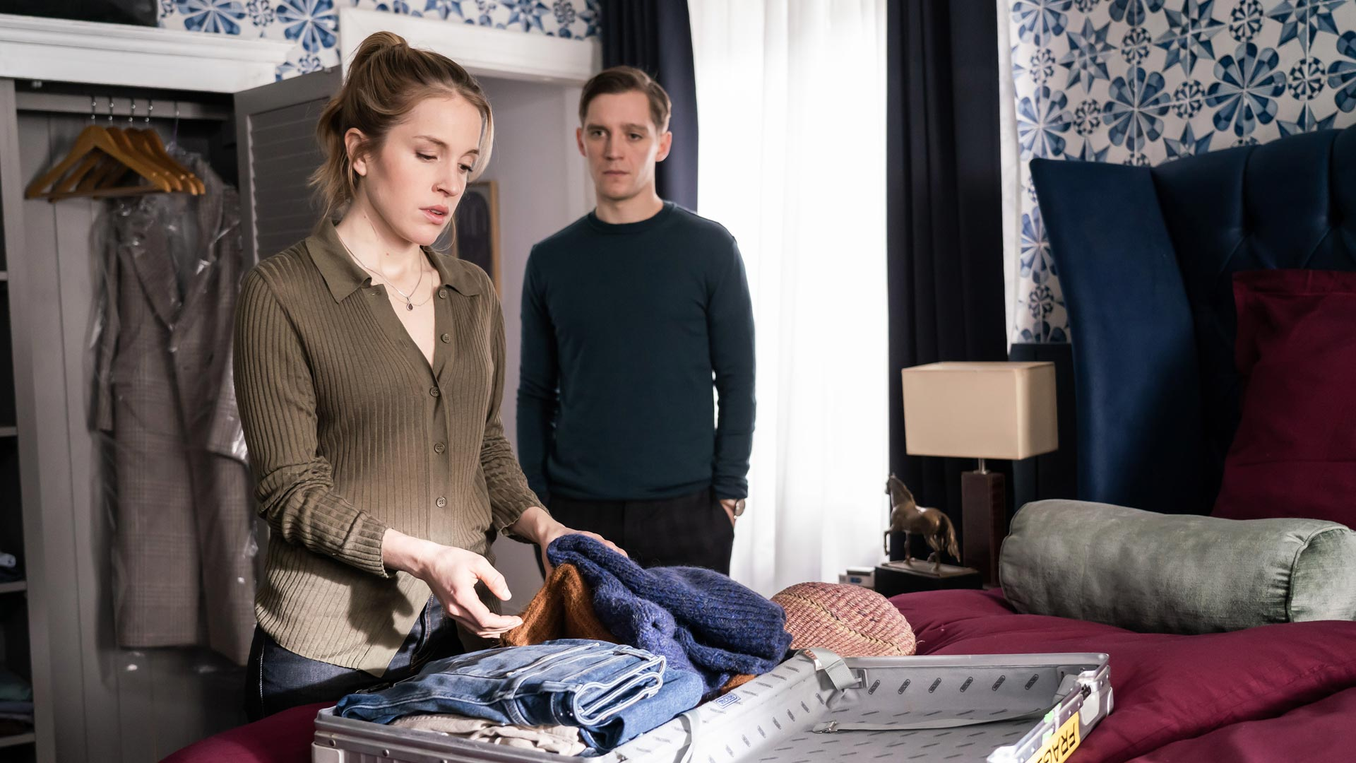 Maria (Paula Kalenberg) und Nils (Jonas Nay) stehen im Schlafzimmer
