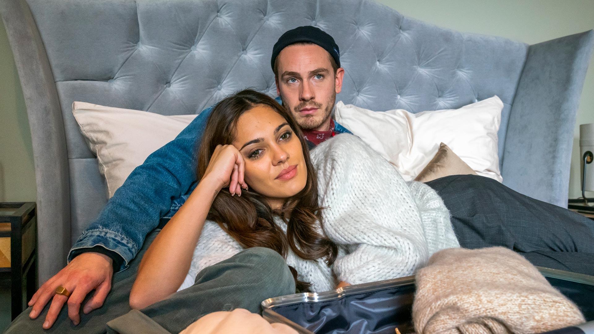 Janina und Ben liegen auf dem Bett