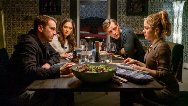 Vier Personen bei einem gemeinsamen Abendessen im Film Du Sie Er & Wir