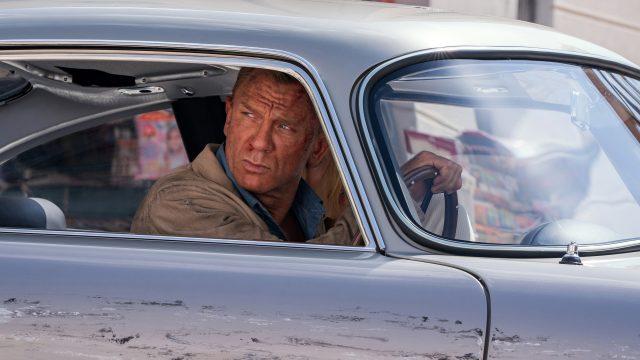 Geheimagent James Bond (Daniel Craig) fährt Auto und schaut aus dem Seitenfenster.