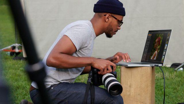 Fotograf arbeitet am MacBook Pro 2021.