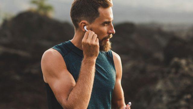 Mann trägt die AirPods 3 im Ohr.