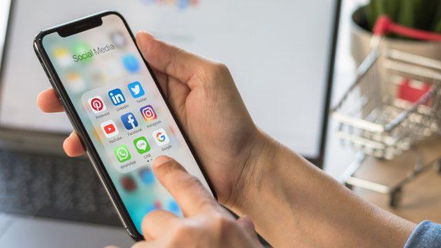 Die Icons von Instagram, Facebook und mehr auf einem Smartphone