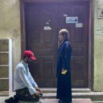 صور سعودي يسجد لفتاة أمام مسجد تثير الغضب في المملكة