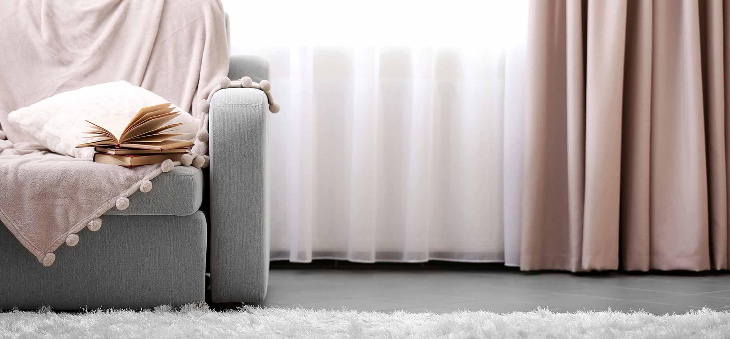 https://s3-eu-central-1.amazonaws.com/woonhome/2017/11/woonhome-elektrische-gordijnen-automatische-bediening-app-rolgordijnen-roze.jpg