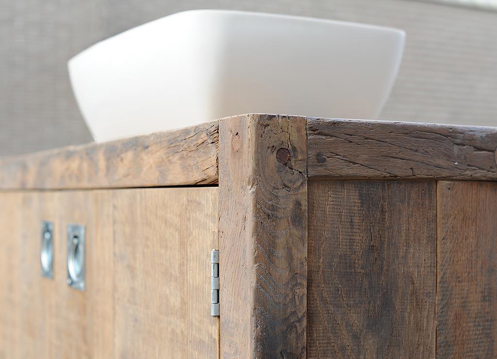 Robuuste badkamermeubels van hout.