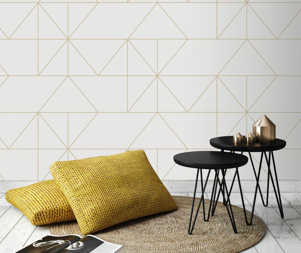 Prachtig lijnenspel op dit vliesbehang geo in de kleur crème en goud. Dit behang is van Graham & Brown (dessin 103003).