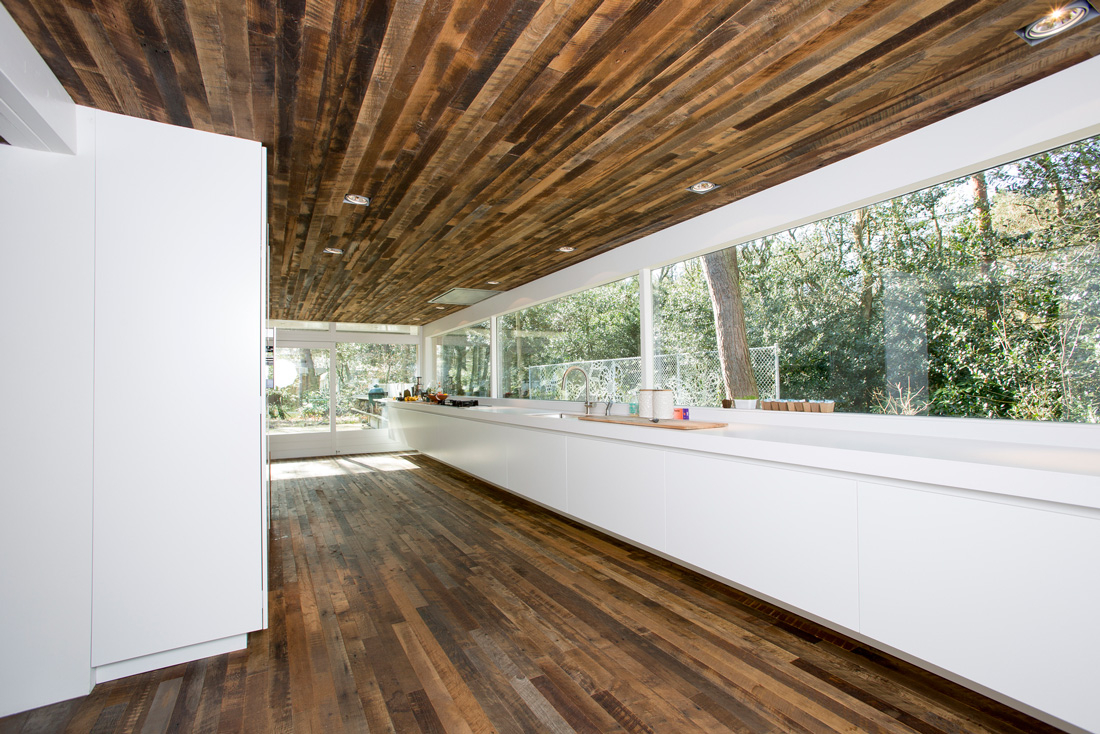 Huis Donker Hout : Donkere houten vloer interieur: zwart wit interieur ontwerpen tips