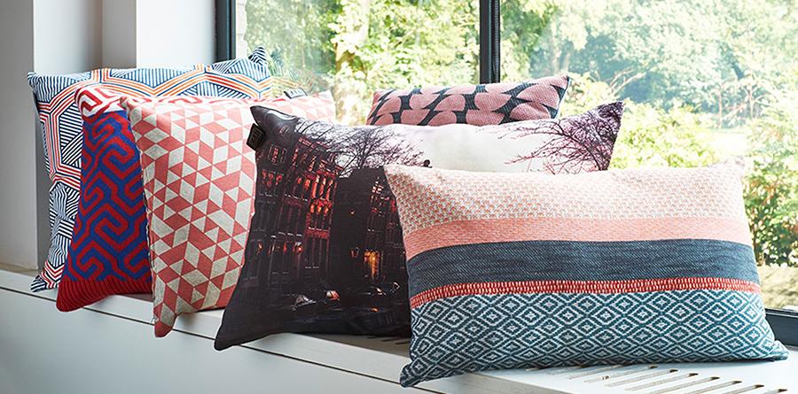 Hier liggen de kussens in de vensterbank, maar leg ze op bed en dat ziet er heel stijlvol uit!