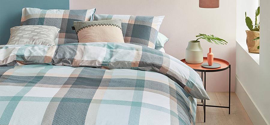 Een dekbed met levendig of geometrisch patroon geeft je slaapkamer een trendy look.