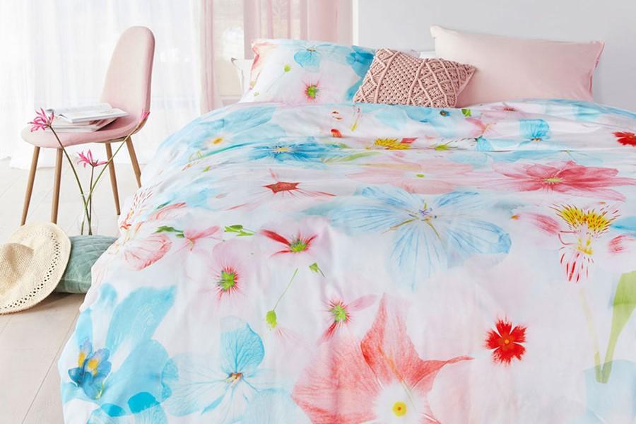 Dekbedovertrek met vrolijk bloemenpatroon in felle kleuren.