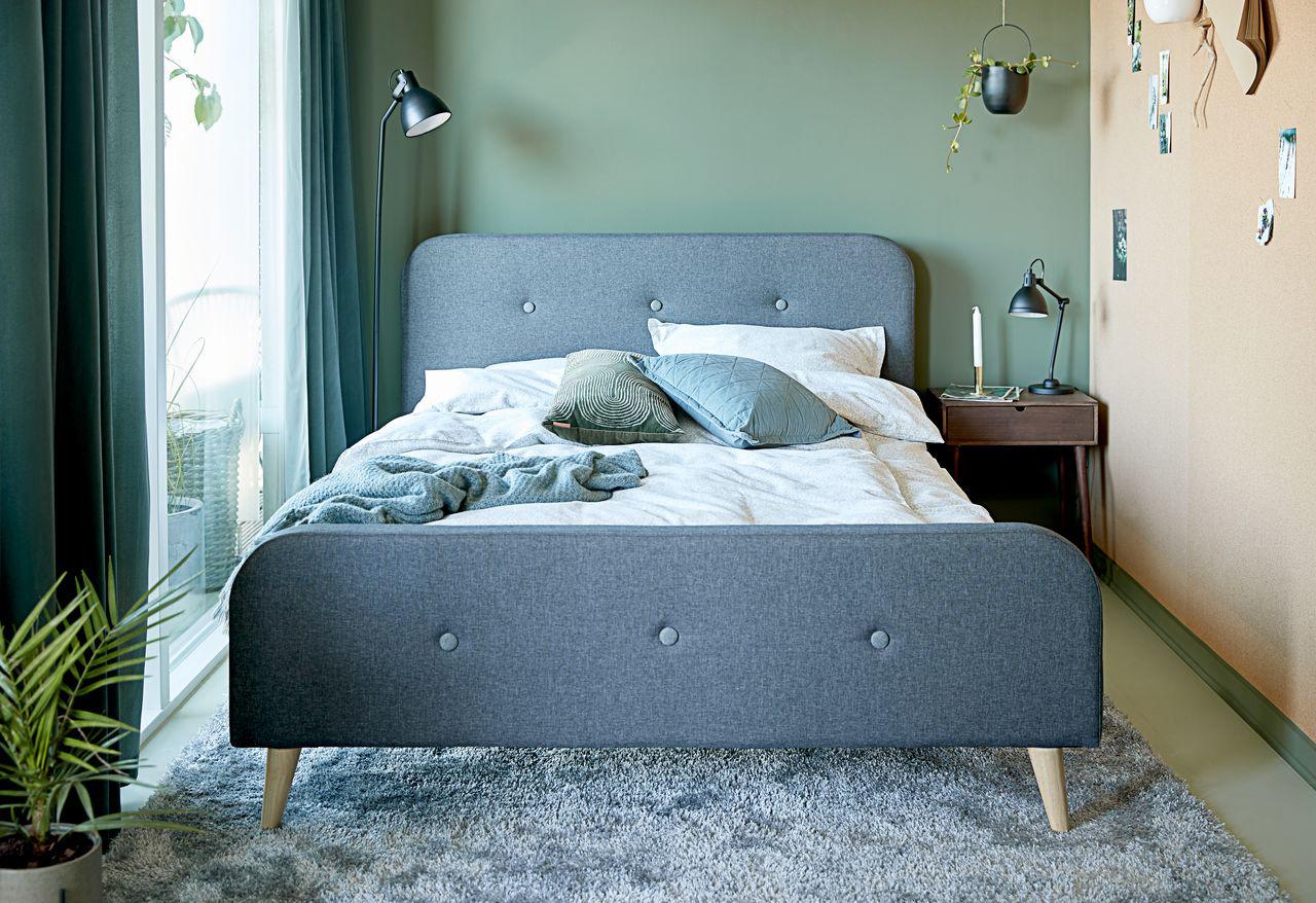 Ga ook voor een rustige slaapkamer met groene tinten en een paar planten.