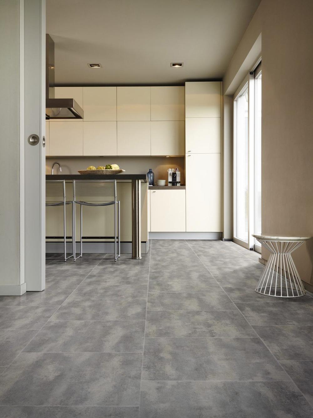 PVC vloer in betonlook tegels zijn uitstekend geschikt voor de keuken.