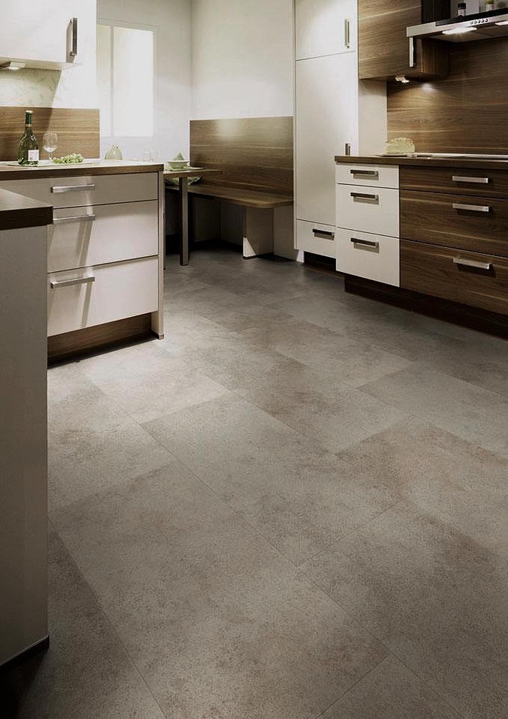 PVC vloer in betonlook in langwerpige tegels in de keuken.