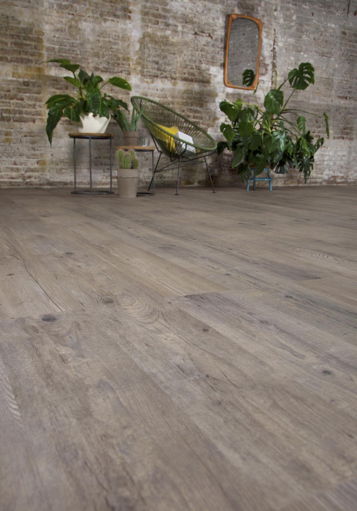 Levendig houtstructuur PVC vloer voor in een industriële en botanische inrichting.