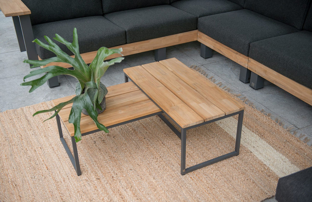 Houten bankjes, tafels en loungeset in combinatie met staal van 4 Seasons Outdoor.