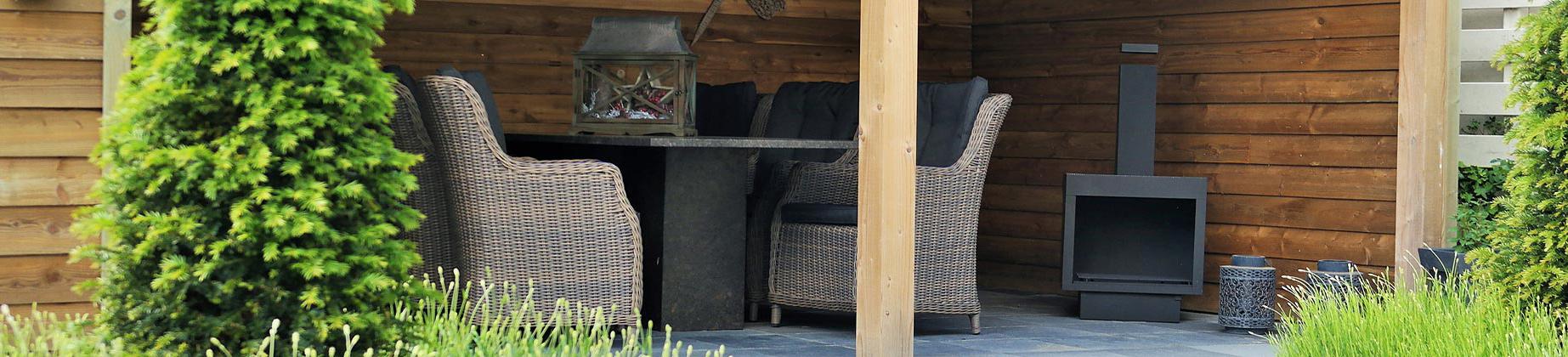 Houten tuinhuis met wicker tuinstoelen van 4 Seasons Outdoor.