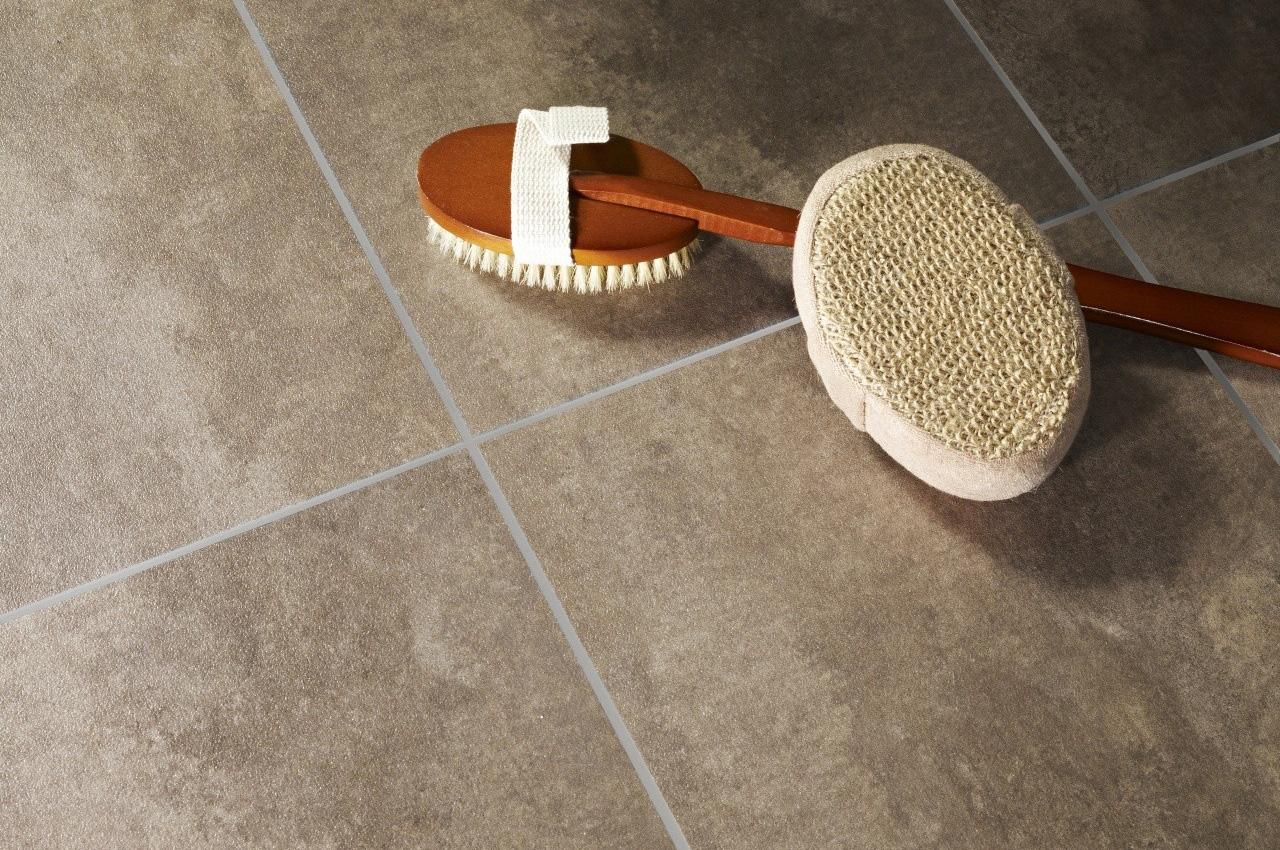 Betonlook tegels van PVC zijn perfect voor in de badkamer.