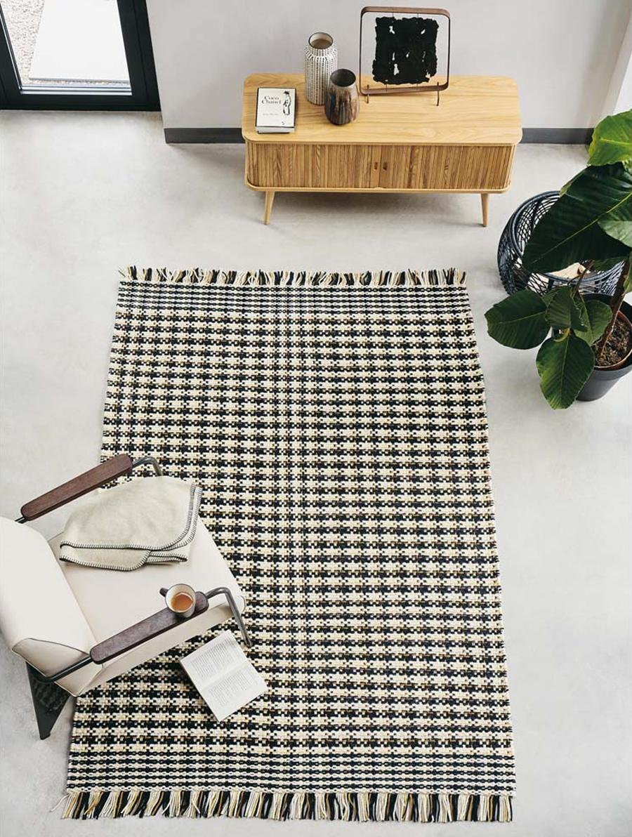 Strakke Scandinavische vloerkleed met ruitjespatroon van het merk Brink & Campman.