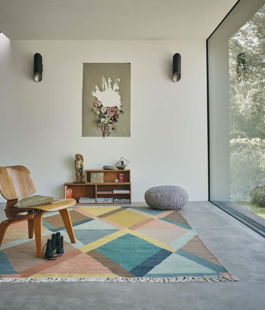Brink & Campman vloerkleed met rustige kleuren en franjes in een licht interieur.