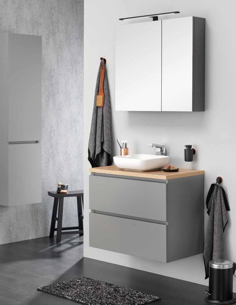 Strakke badkamer met stijlvolle zwarte accessoires.