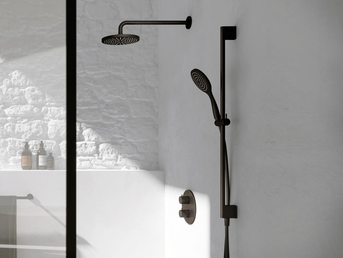 De uitgebreide collectie Cobber van Hothbath bestaat uit diverse kranen, regendouches in de kleuren antraciet en zwart.