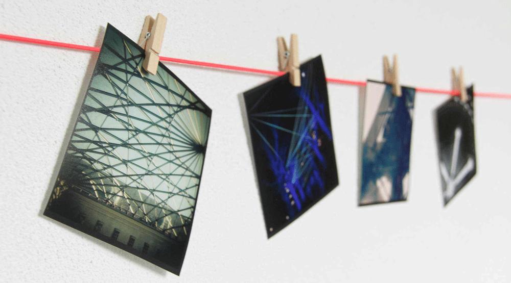 Een waslijn kun je ook zeker gebruiken voor het ophangen van mooie foto's. Op deze manier hoef je ook niet de muur te beschadigen!