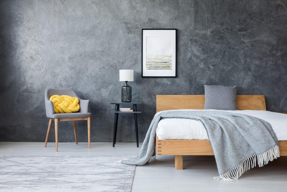 De combinatie tussen een stoere betonlook en houten meubels zorgt voor een warme uitstraling