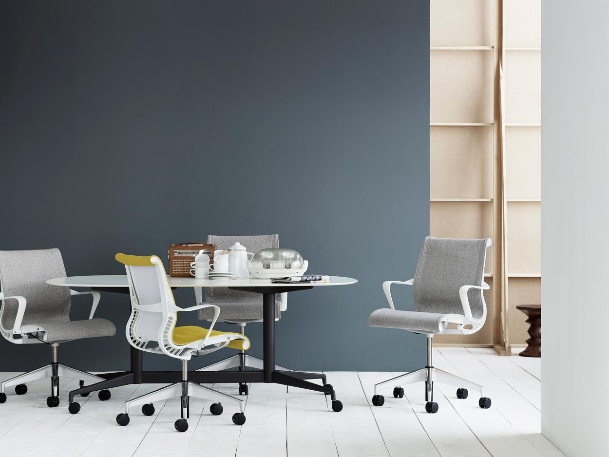 De Setu-stoel heeft een milieuvriendelijk ontwerp, dat minder materiaal gebruikt.
