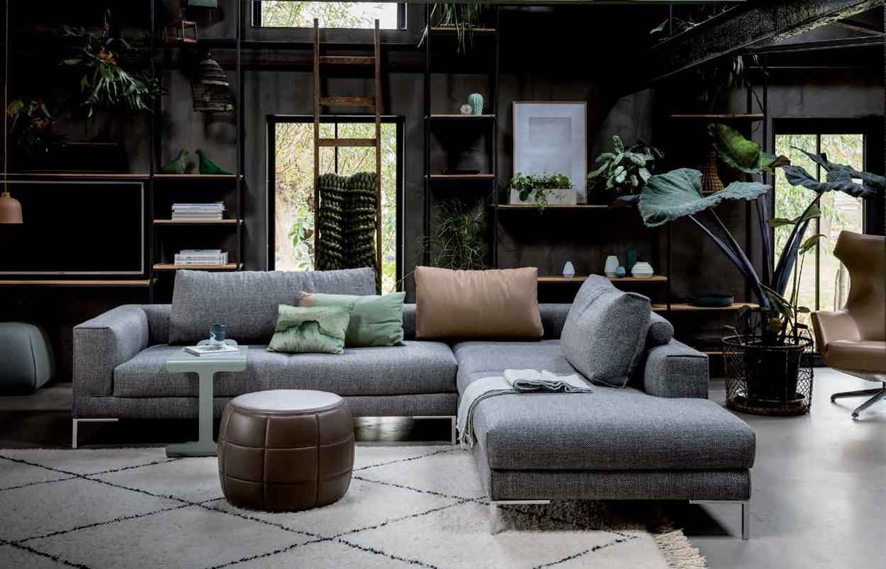 Design on Stock Aikon bankstel in een gezellig botanisch ingericht interieur met veel planten.