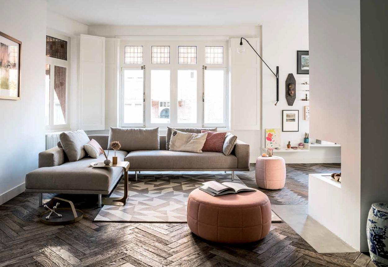 Deze Cascade Design hoekbank is ontworpen door Studio Tom Dissel voor Design on Stock. Creëer een knus hoekje met deze luxe bank en gezellige poefs.