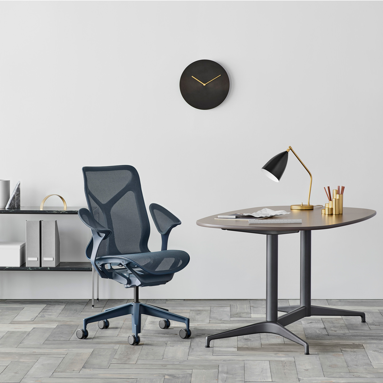 De innovatieve Cosm bureaustoel is ontworpen in samenwerking met Studio 7.5. De stoel heeft een zelfstellend bewegingsmechaniek waarmee het zich aanpast naar jouw zithouding.