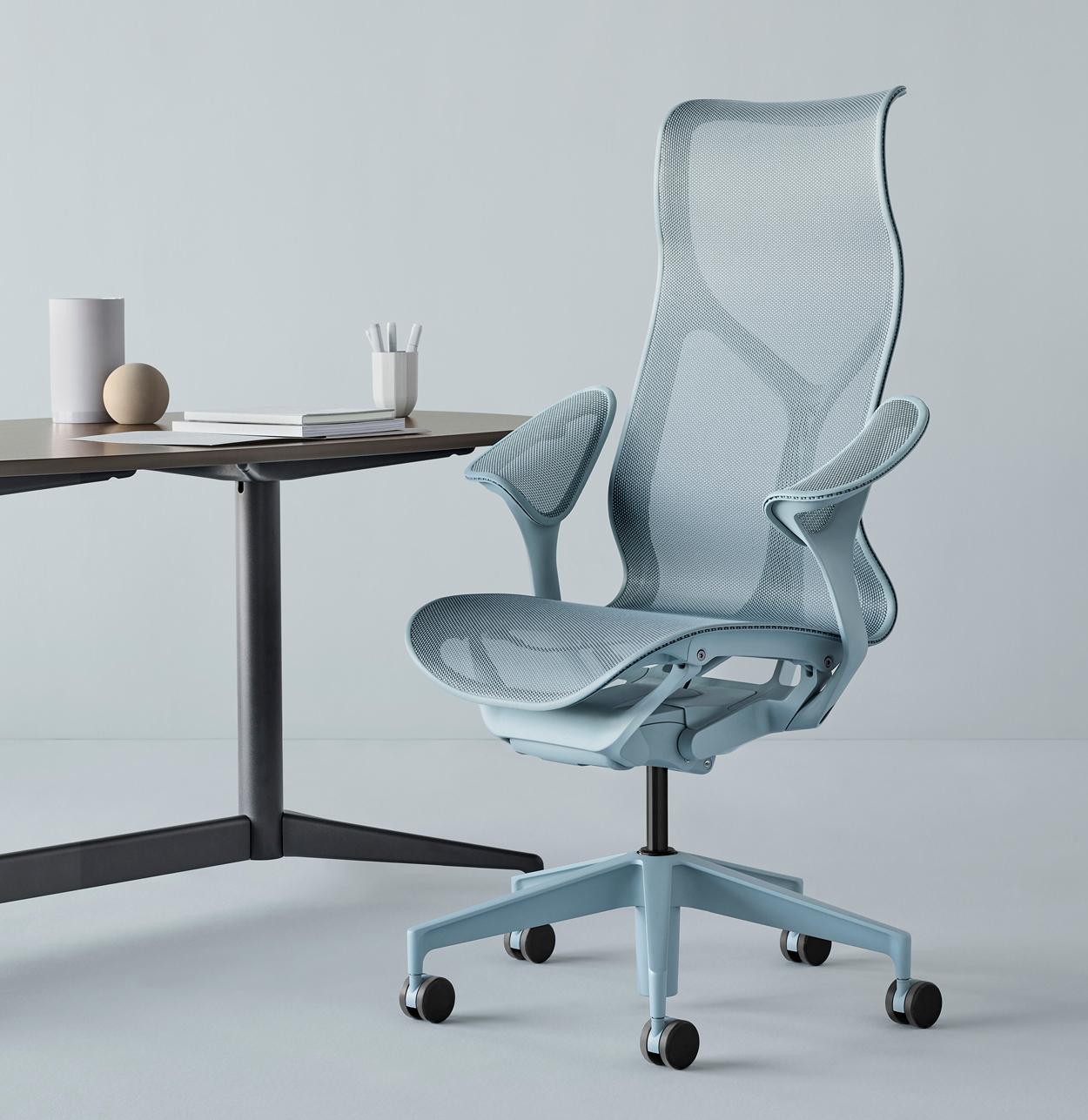 Kantoorstoel Cosm in blauwe Glacier kleur. De ontwerpers van Studio 7.5 werkte samen met het team van Herman Miller en stelde de stoel in drie gedipte tinten: Canyon, Glacier en Nightfall.