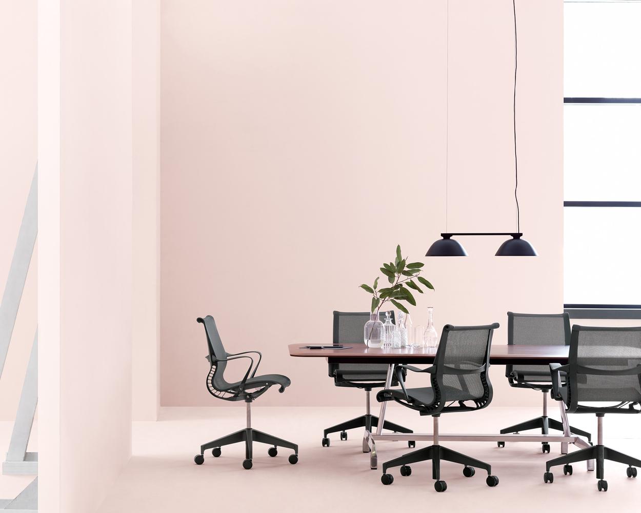 Grote kantoortuin of kleine vergaderruimte. De Setu-stoelen van Herman Miller zijn ontworpen voor elke locatie. Het innovatieve design komt terug in de vorm én materiaal.