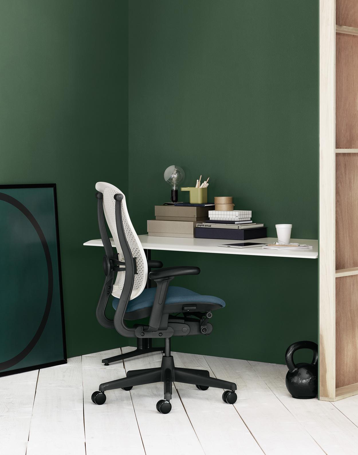 Deze Celle-stoel van Herman Miller is ontworpen voor allerlei omgevingen en ook perfect voor jouw werkkamer, thuiskantoor of studeerkamer.