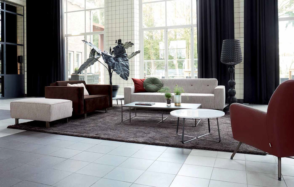 Varieer met diverse stijlen meubels zoals deze banken en fauteuils van het Nederlandse designmerk 'bert plantagie'.