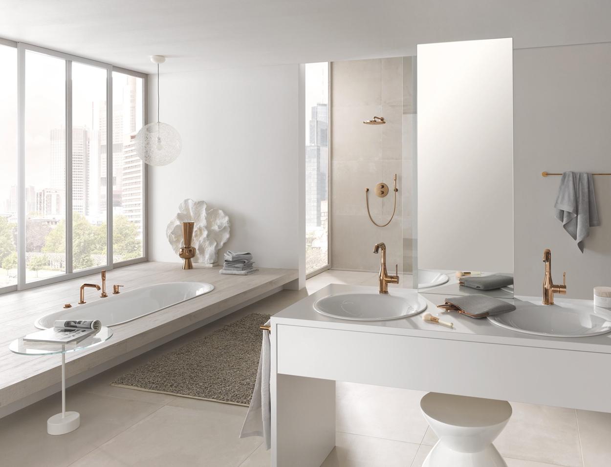 Ga voor een chique badkamer met warme kleuren en kies messing kranen, accessoires en bedieningsplaten.