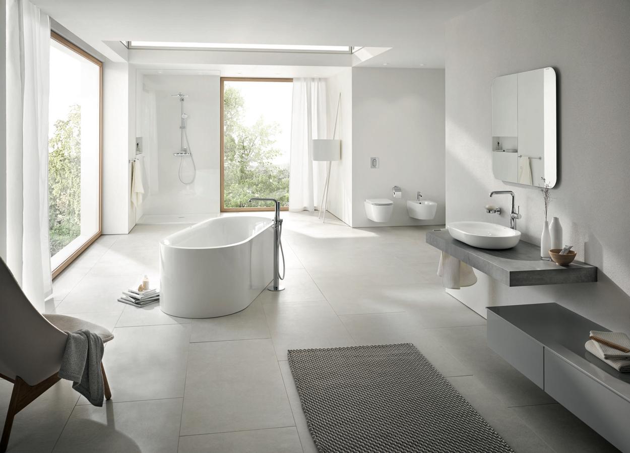 Ook chromen kranen staan mooi in een moderne en neutrale badkamer.