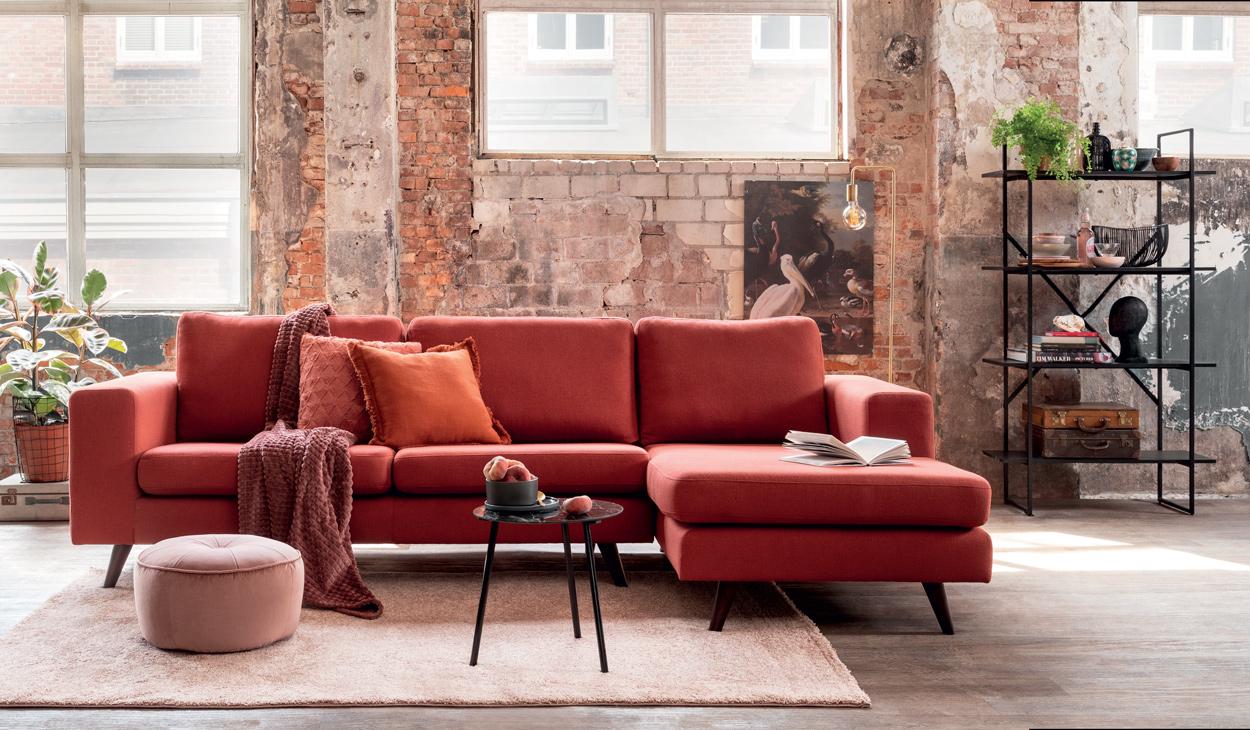 Maak je huis romantisch met deze rode hoekbank met ruime chaise lounge en ronde hoeken.
