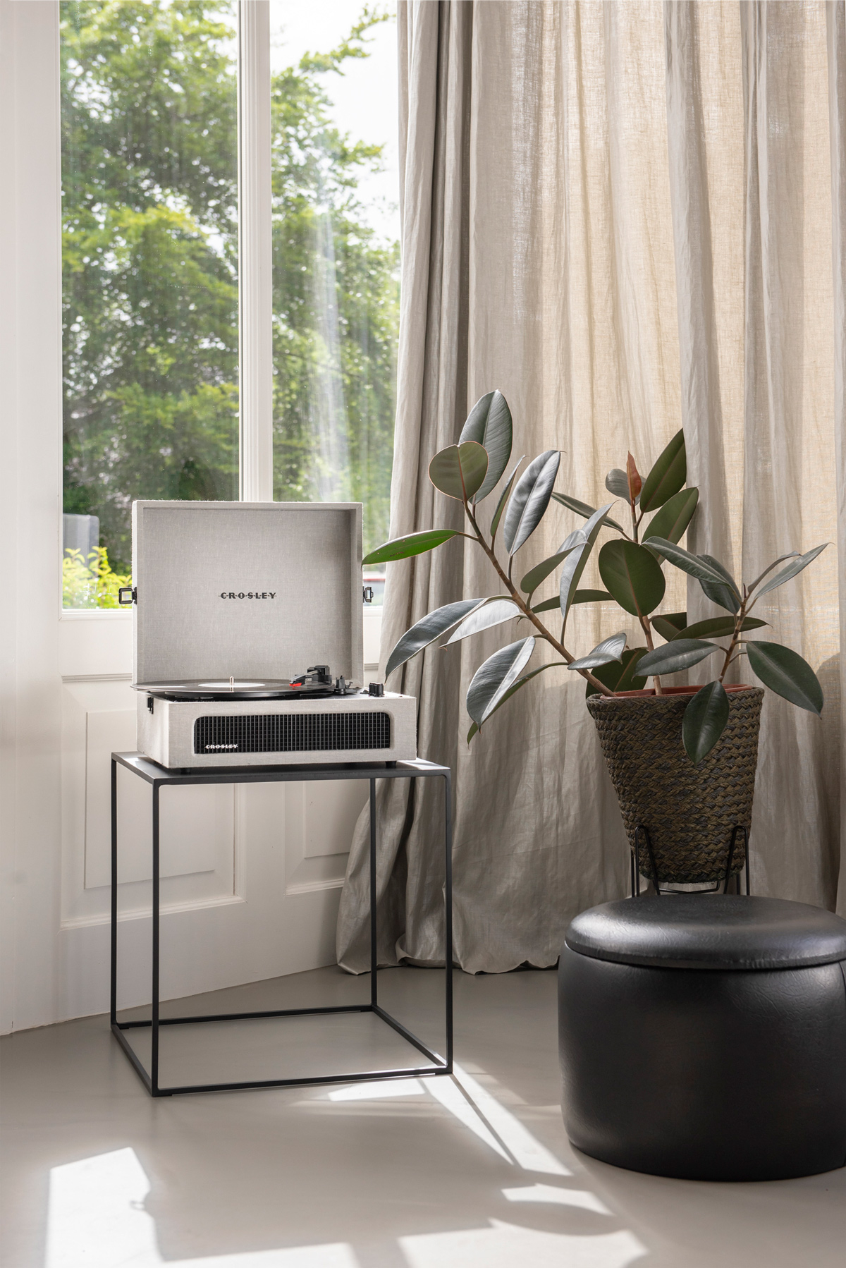 Compacte koffermodel platenspeler in een frisse, witte kleur.