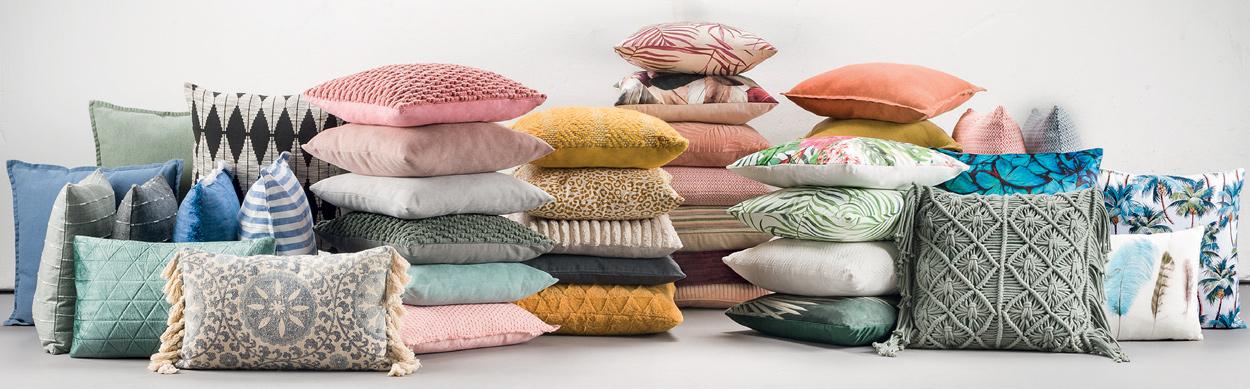Met sierkussens kun je alle kanten op. Ga voor zachte kleuren of materialen. Of kies een opvallende print of afwerking.