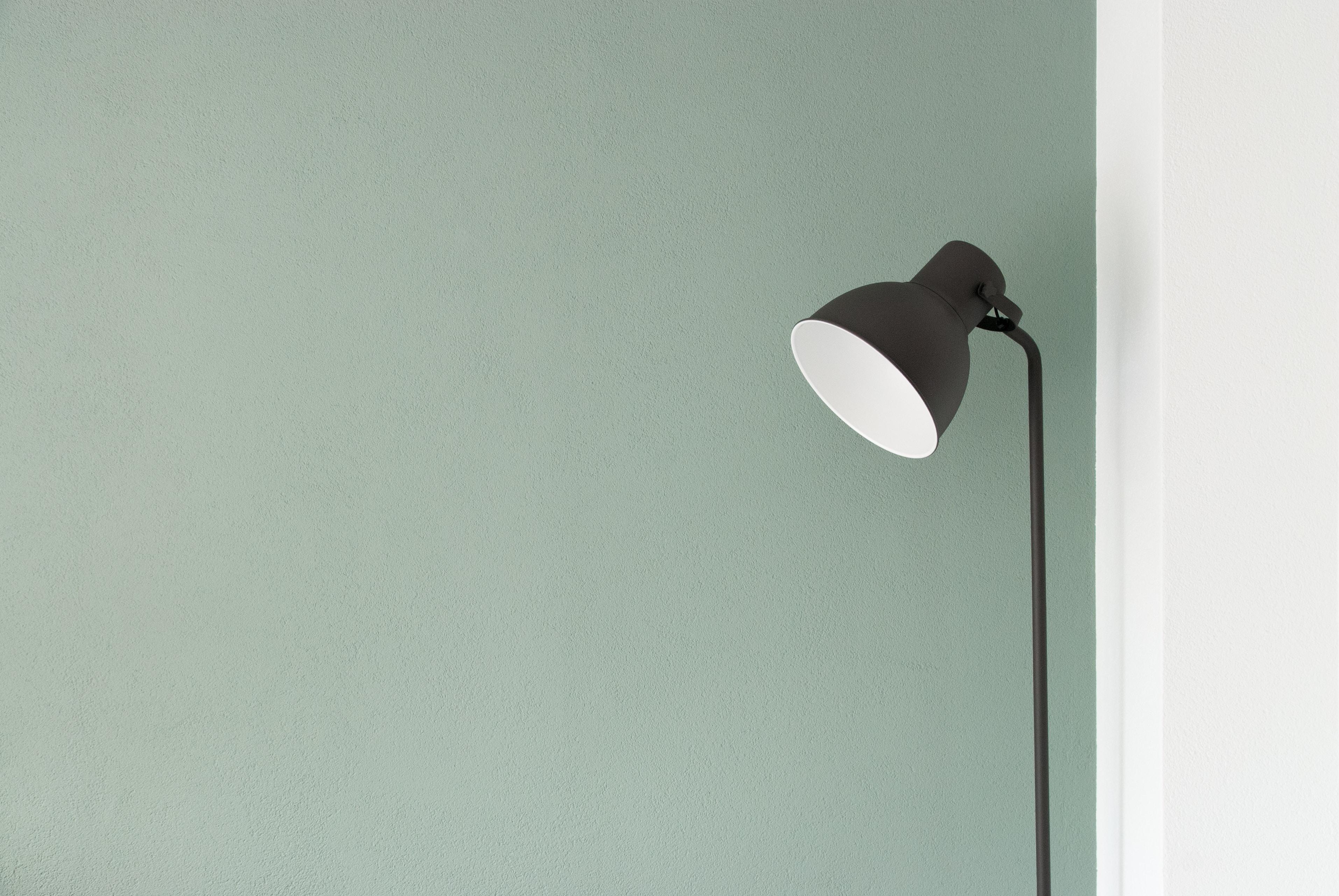 Een domotica systeem kan er voor zorgen dat lampen automatisch aan gaan.