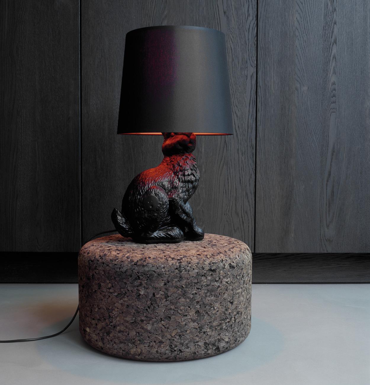 Maak je interieur gezellig met de Rabbit tafellamp op een mooi bijzettafeltje.