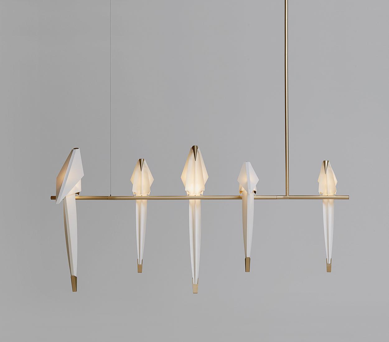 Deze Perch Light Branch hanglamp, ontworpen door Umut Yamac, staat prachtig in huis met gouden accenten.