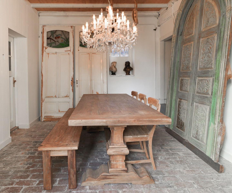 Deze kloostertafel is een centraal punt in de kamer.