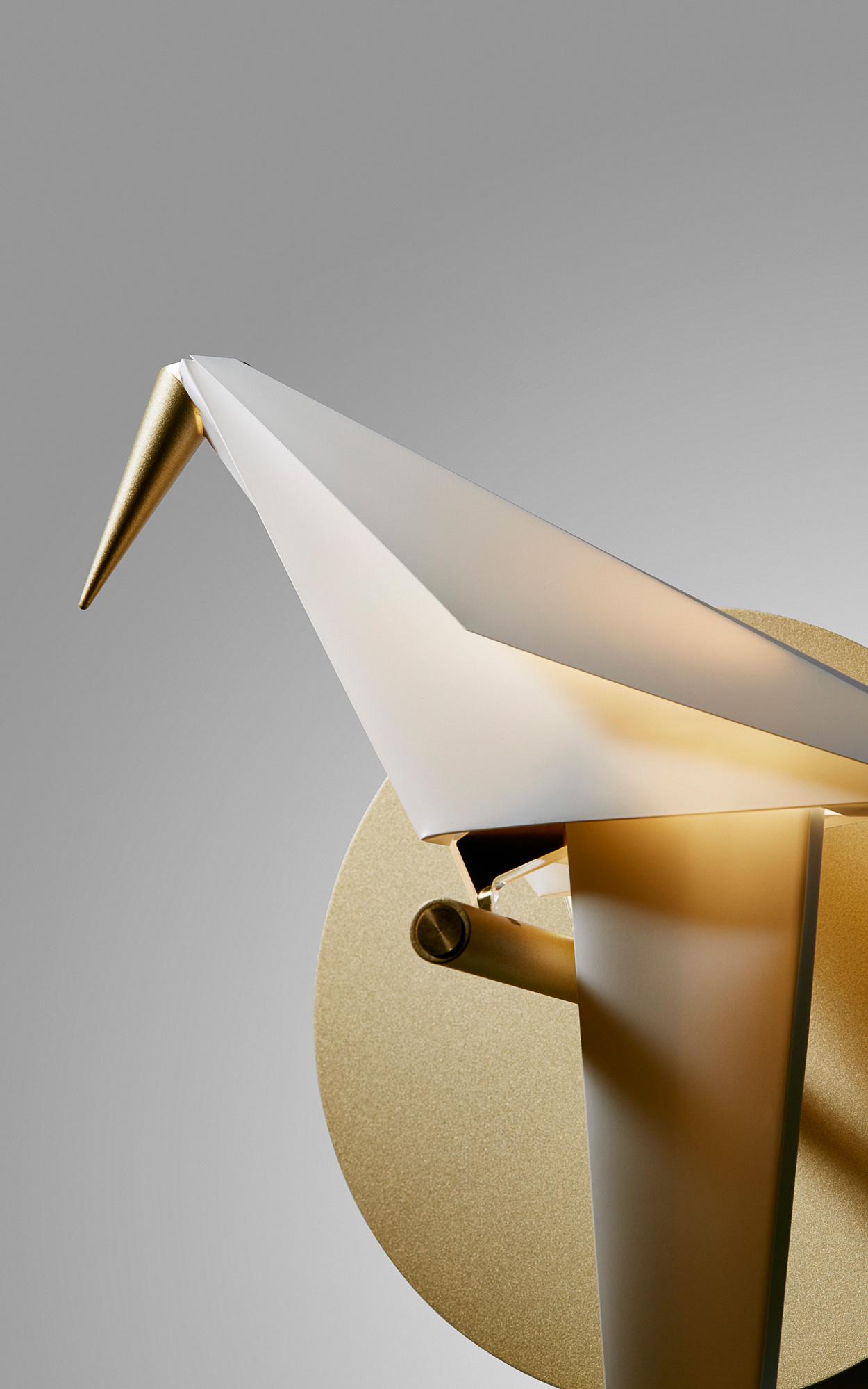 De design Perch lamp, geïnspireerd op een origami vogel, bevat prachtige details.