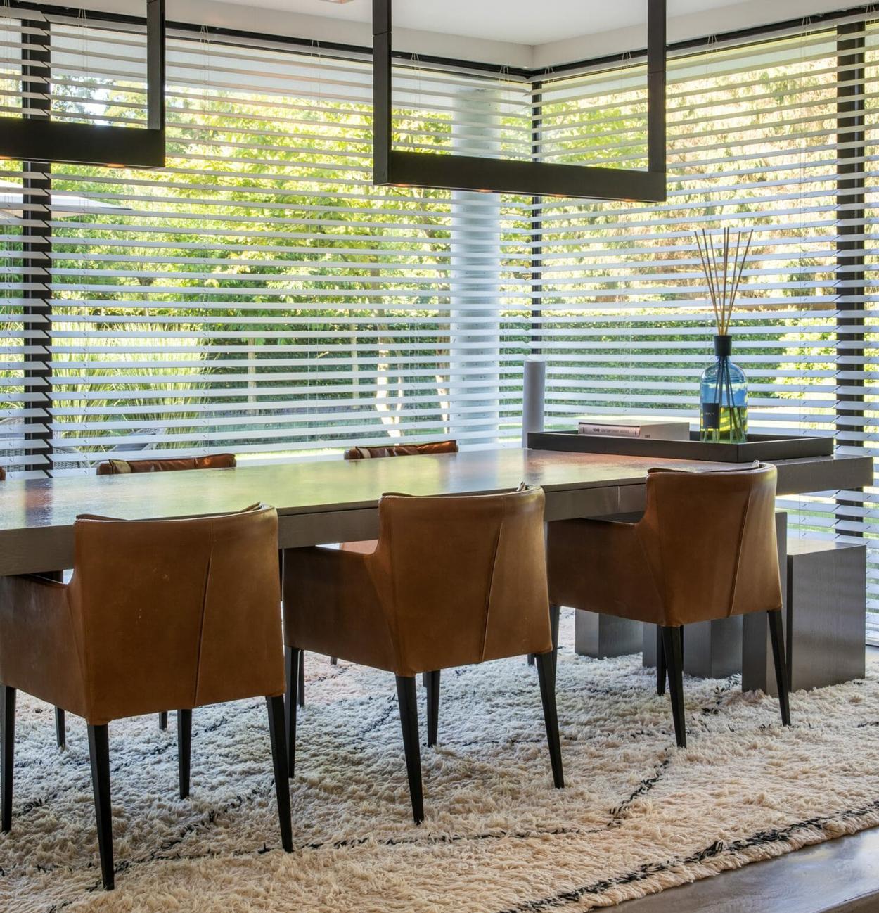 Luxe jaloezieën zijn praktisch en stijlvol in de eetkamer en keuken.